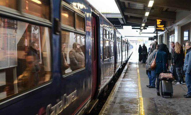 Hackean pantalla en estación del tren y proyectan video porno